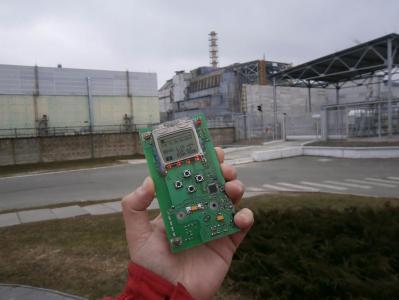 03_На_фоне_Саркофага_4-го_энергоблока_ЧАЭС.jpg
